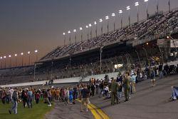 Les fans de la Daytona qui apprécient la piste avant la course