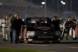 Le truck Chevrolet de Justin Hobgood est ammené à la grille de départ