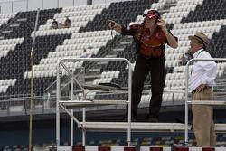Greg Biffle's 3M crew and Jack Roush watch Greg Biffle practice