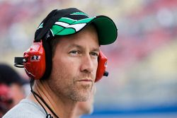 L'acteur James Denton regarde la course