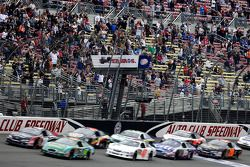 Start: Carl Edwards and Kyle Busch lead the field