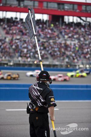 Un membre de l'équipe Roush Fenway Racing Ford avertit Matt Kenseth