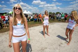 Partie de beach volley : les charmantes demoiselles du Boner Custom Rods