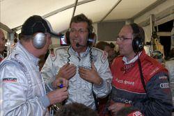 Discussion animée dans la zone des stands d'Audi entre le Dr. Wolfgang Ullrich et Ralf Juttner concernant la stratégie de fin de course