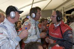 Discussion animée dans la zone des stands d'Audi entre le Dr. Wolfgang Ullrich et Ralf Juttner conce