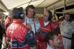 Discussion animée dans la zone des stands d'Audi entre Ralf Juttner et les membres de l'équipe concernant la stratégie de fin de course