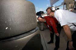 Dr. Wolfgang Ullrich et Ralf Juttner vérifient les pneumatiques