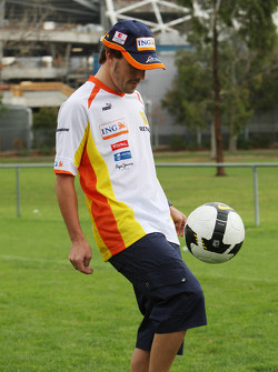 Fernando Alonso (Renault F1 Team) jouant au football