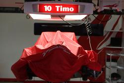 La monoplace de Timo Glock (Toyota F1 Team) est mise de côté pour la nuit