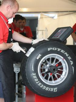 Un ingénieur avec un pneu Bridgestone