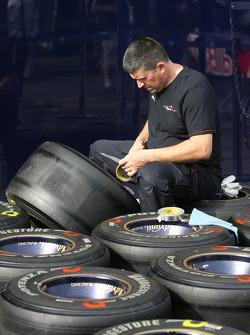 Des mécaniciens Toro Rosso avec des pneus Bridgestone