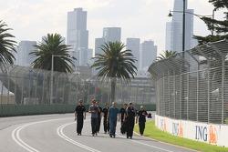 Jenson Button (Brawn GP) et le directeur de l'équipe Ross Brawn marchent sur le circuit