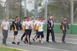 Fernando Alonso (Renault F1 Team) marche sur le circuit