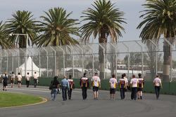 L'équipe Renault marche sur le circuit avec Fernando Alonso (Renault F1 Team)