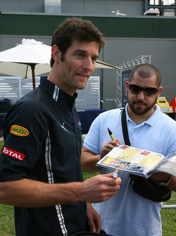 Mark Webber (Red Bull Racing) signant des autographes