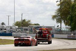 La Ferrari F430 GT N°62 (Mika Salo, Jaime Melo, Pierre Kaffer) derrière une remorqueuse