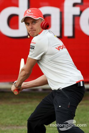 Heikki Kovalainen (McLaren Mercedes) jouant au cricket