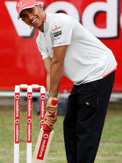 Lewis Hamilton (McLaren Mercedes) jouant au cricket