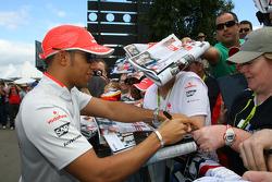 Lewis Hamilton, McLaren Mercedes, signant des autographes