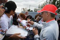 Heikki Kovalainen, McLaren Mercedes signant des autographes