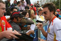 Fernando Alonso, Renault F1 Team, signant des autographes