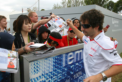 Timo Glock, Toyota F1 Team, signant des autographes