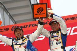 Podium GT300: les vainqueurs Manabu Orido et Tatsuya Kataoka