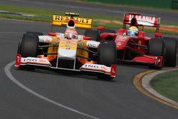 Nelson A. Piquet, Renault F1 Team, R29 leads Felipe Massa, Scuderia Ferrari, F60