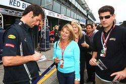 Mark Webber, Red Bull Racing signant des autographes pour les fans