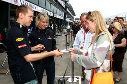 Sebastian Vettel, Red Bull Racing signant des autographes pour les fans