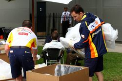 Les mécaniciens de Renault déballent quelques équipements