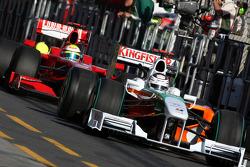 Adrian Sutil, Force India F1 Team, VJM-02, devance Felipe Massa, Scuderia Ferrari, F60