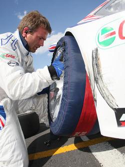 Un mécanicien change les pneus de la voiture d'Andy Priaulx