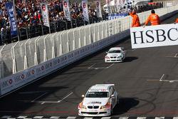 Sergio Hernandez, BMW Team Italy-Spain, BMW 320si et Alex Zanardi, BMW Team Italy-Spain, BMW 320si passent la ligne d'arrivée