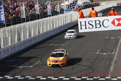 Yvan Muller, Seat Sport, Seat Leon 2.0 TDI et Andy Priaulx, BMW Team UK, BMW 320si passent la ligne d'arrivée