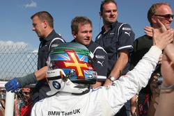 Andy Priaulx, BMW Team UK avec son équipe après l'arrivée