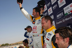 Podium : Yvan Muller, Seat Sport, Rickard Rydell, Seat Sport et Félix Porteiro, Scuderia Proteam Mot