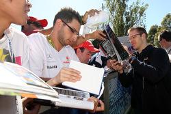 Sébastien Bourdais, Scuderia Toro Rosso, signant des autographes
