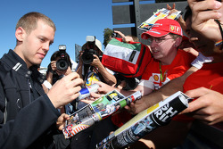 Sebastian Vettel, Red Bull Racing, signant des autographes