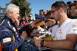 Pat Symonds, directeur de l'ingénierie de Renault F1 Team, signant des autographes