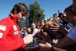 Rob Smedley, ingénieur de piste de Felipe Massa chez Ferrari, signant des autographes