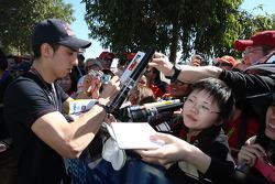 Sebastien Buemi, Scuderia Toro Rosso, signant des autographes