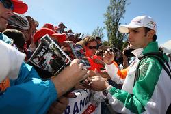 Vitantonio Liuzzi, pilote d'essai de Force India, signant des autographes