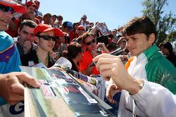 Giancarlo Fisichella, Force India F1 Team, signant des autographes