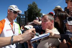 Adrian Sutil, Force India F1 Team, signant des autographes