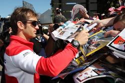 Jarno Trulli, Toyota Racing, signant des autographes