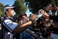 Kazuki Nakajima, Williams F1 Team, signant des autographes