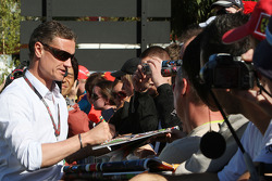 David Coulthard, consultant Red Bull Racing, signant des autographes