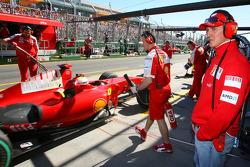 Michael Schumacher, pilote d'essais de la Scuderia Ferrari regarde Felipe Massa, Scuderia Ferrari