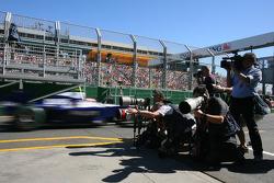 Des photographes prennent des photos de Kazuki Nakajima, Williams F1 Team